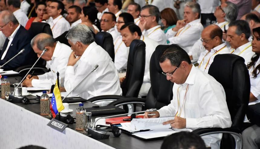 En la foto se observa la silla que estaba reservada para el presidente Nicolás Maduro.