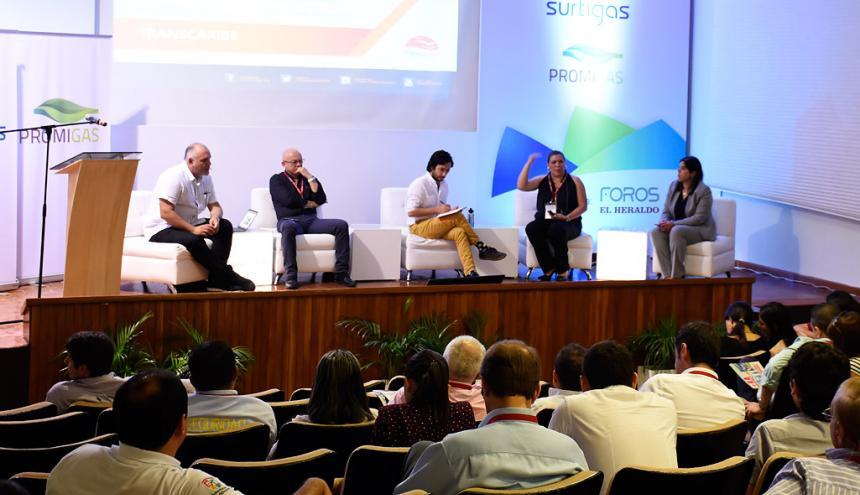 Ricardo Restrepo, Humberto Ripoll, Carlos Cadena, Tanía Díaz y Mónica  Parada, en el panel realizado durante el foro sobre movilidad sostenible.