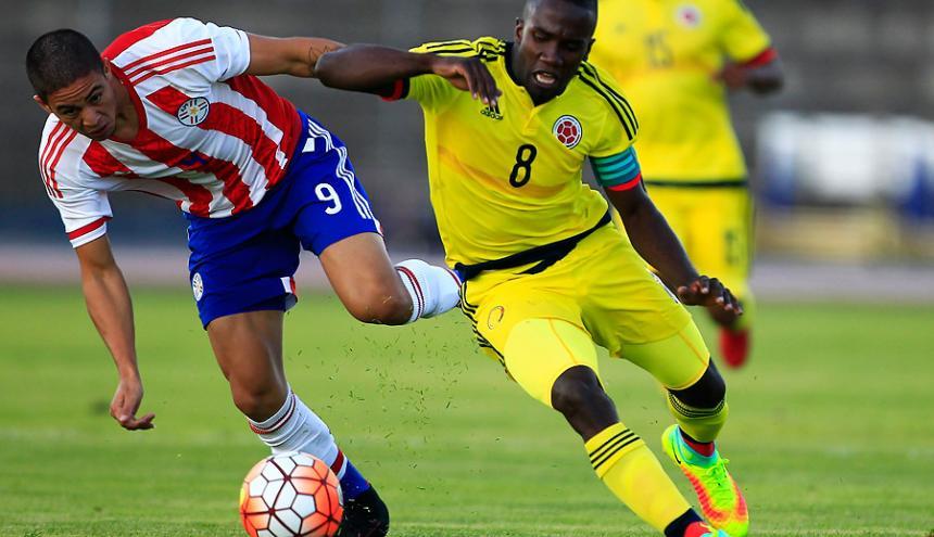 Kevin Balanta disputa un balón con Pedro Baez.