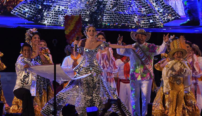 La reina del Carnaval, Fefi Mendoza, mientras lee los decretos del Bando.