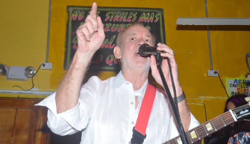 Phil Manzanera durante su presentación en la discoteca Bazurto.