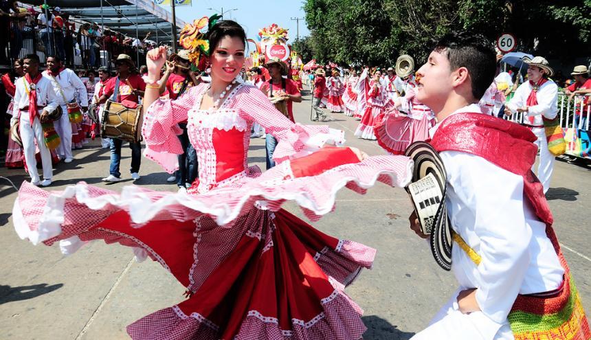 La Batalla de Flores es uno de los desfiles tradicionales que más llama la atención de los turistas en la ciudad.