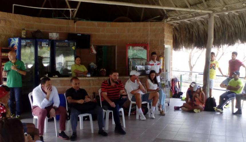 El secretario de Deportes del Distrito, Joao Herrera, junto al presidente de la Liga de Tenis del Atlántico, Leonidas Oyaga durante la reunión de ayer en La Castellana.