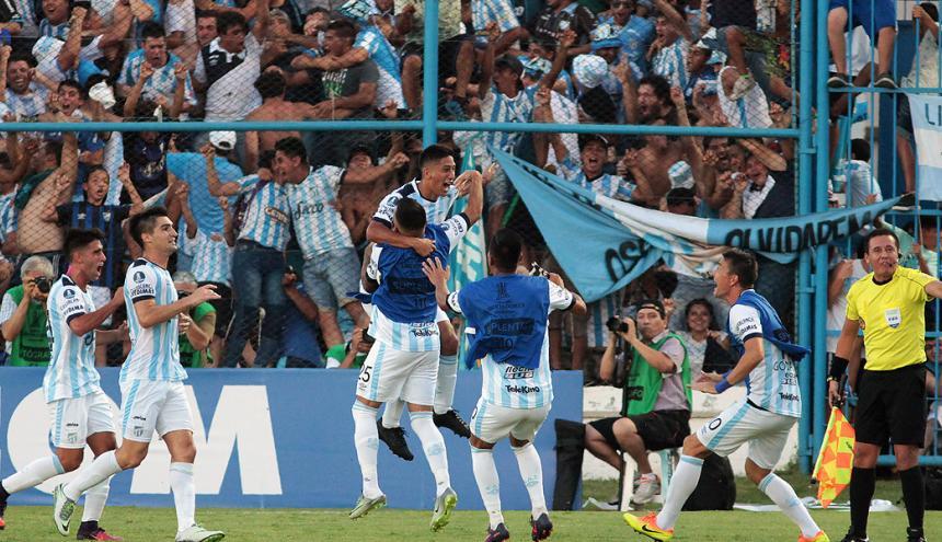 El Atlético Tucumán celebra su victoria frente al equipo tiburón.