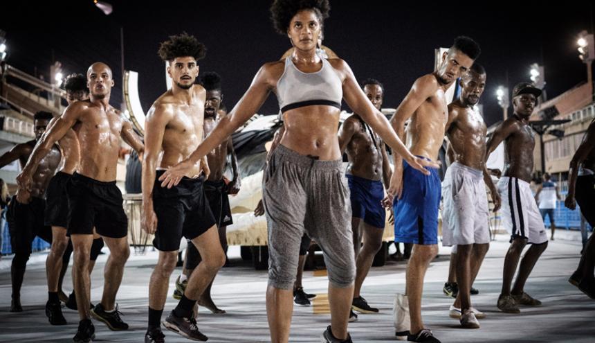 La bailarina francesa Maryan Kaba ensaya con otros compañeros de la escuela de samba Unidos de Vila Isabel, en el sambódromo de Río de Janeiro.