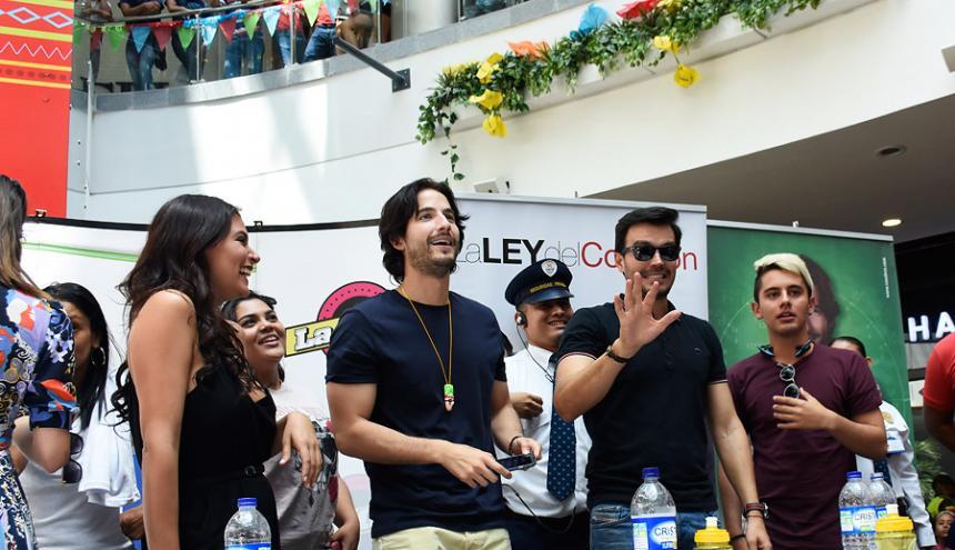 Margarita Reyes, Carlos Torres, Luciano De Alessandro y Dylan Fuentes durante la firma de autógrafos.