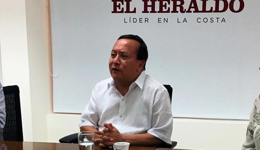 El gobernador de La Guajira Weildler Guerra durante su visita a EL HERALDO.