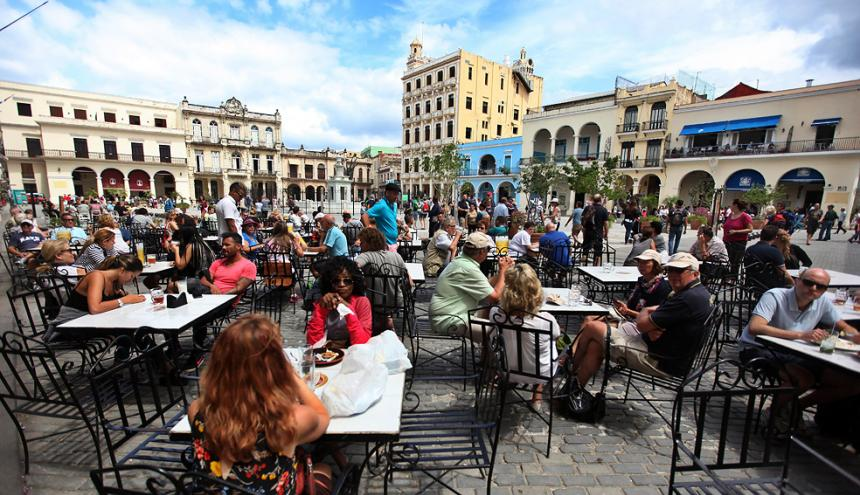 Turistas disfrutan de un almuerzo el aire libre este sábado en el Centro Histórico de La Habana.