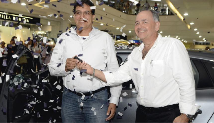Edwin Prieto recibiendo el premio por parte de Ricardo Insignares, gerente del Centro comercial Buenavista.