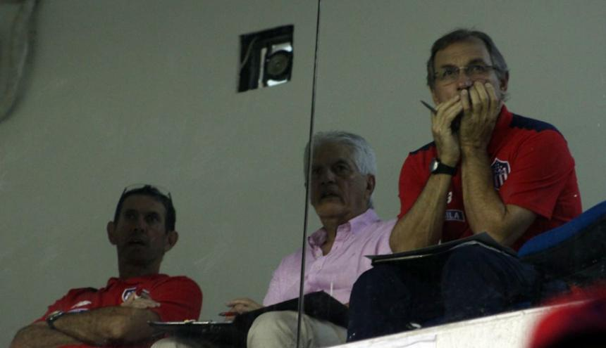 Julio Avelino Comesaña (c) observó el juego entre Junior y Millonarios desde el palco.