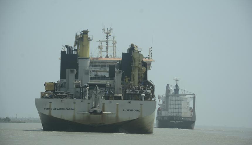 La draga 'Pedro Alvares Cabral', de la firma Jan de Nul,  ya ha realizado labores en el canal de acceso al Puerto.