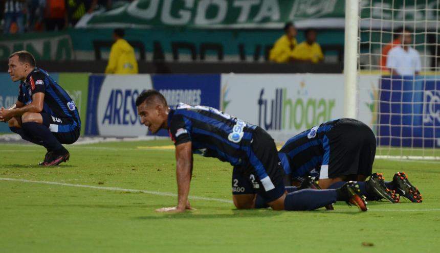 Los jugadore del Junior se lamentan luego del segundo gol de Nacional.