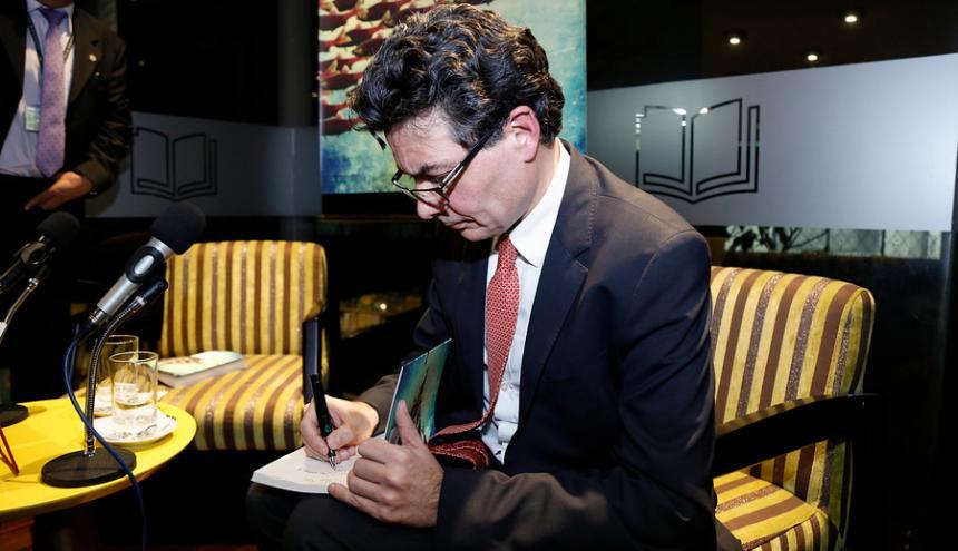 Alejandro Gaviria firmando su libro 'Alguien tiene que llevar la contraria'.