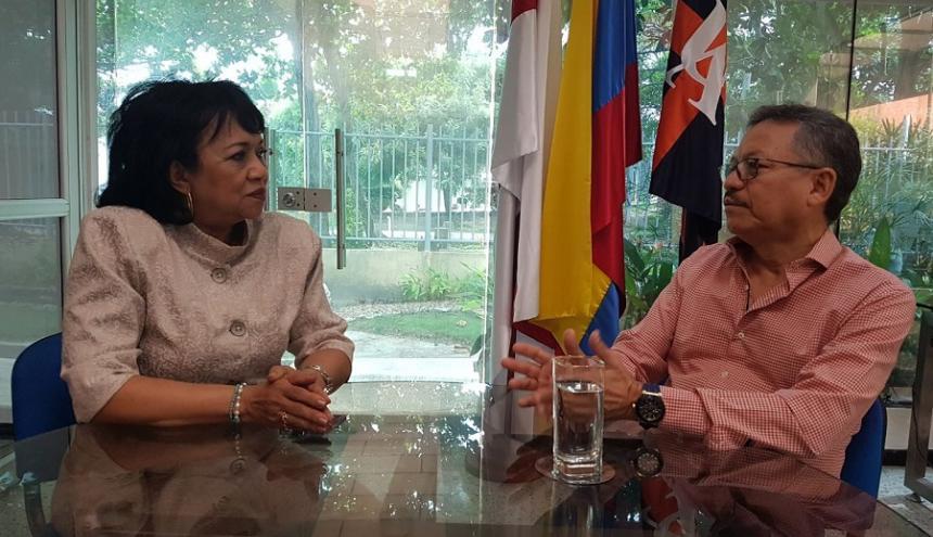 El rector de la Universidad del Atlántico, Carlos Prasca, dialoga con la saliente rectora (e) Rafaela Vos Obeso