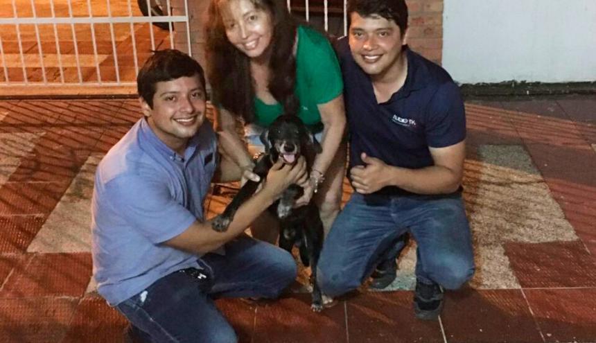 Claudia Figueroa y sus hijos sostienen a Onix, el perrito rescatado.