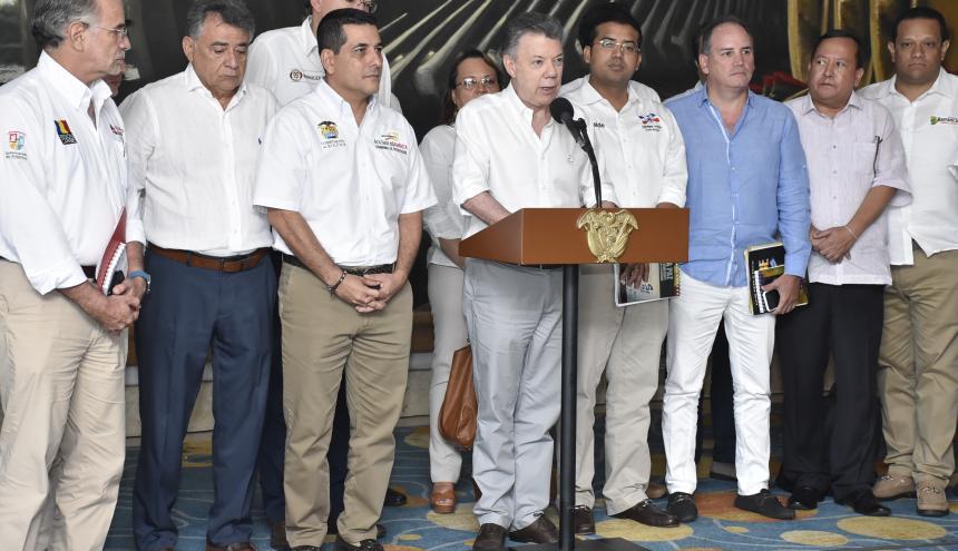 El presidente Santos con los mandatarios de la Región Caribe, durante el acto.