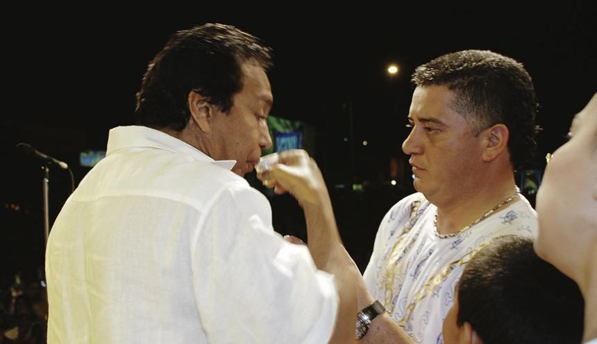 Johnny Palma (izquierda) ofreciéndole un trago a Diomedes durante la celebración de los 196 años de Baranquilla.