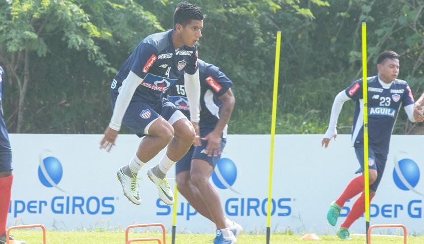 El lateral derecho David Murillo haciendo un ejercicio en un entrenamiento con el Junior.