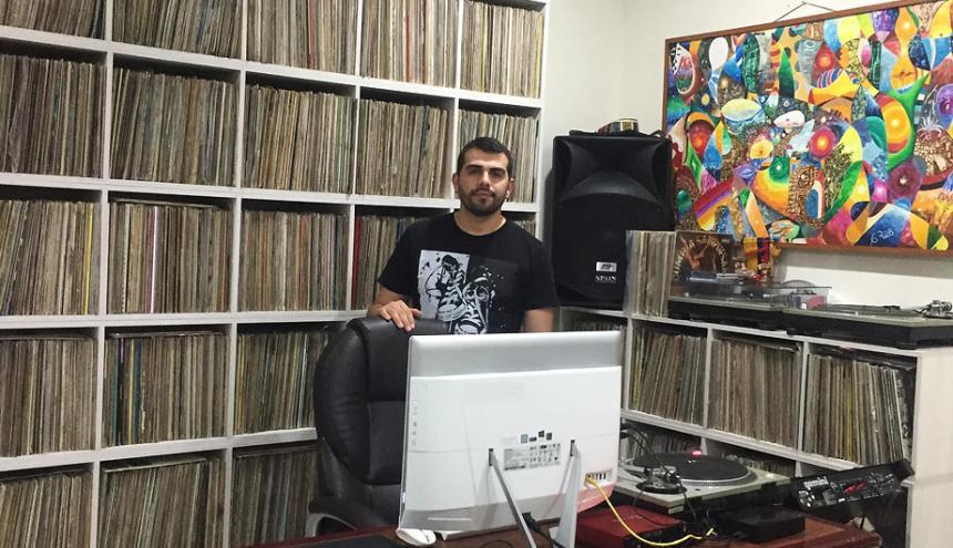 Carlos Javier Pérez junto a su colección de discos.