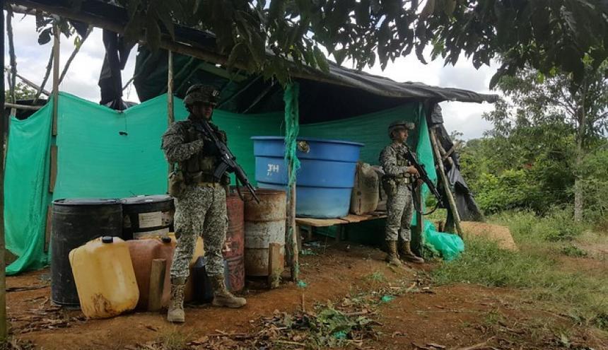 Soldados al lado del material incautado.