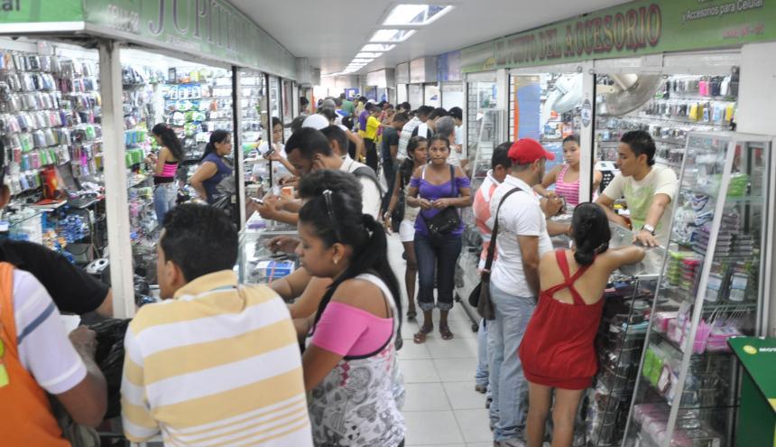 Hay alrededor de 550 locales comerciales dentro del centro comercial Fedecafé.