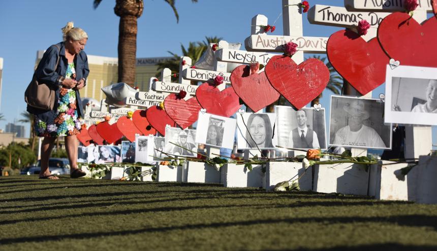 Personas dejan flores sobre las tumbas improvisadas como honor a las víctimas.
