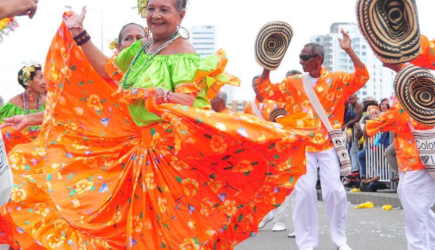Mujer baila cumbia en el desfile de Independencia.