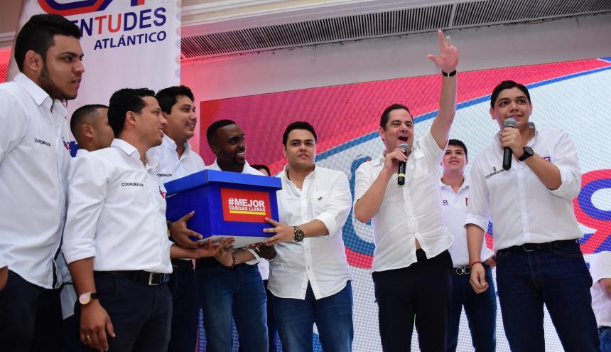 Los integrantes del Grupo de Juventudes, Juan David Rojas, Luis Navarro, Greg Torregroza, Estefanel Gutiérrez, Ricardo Carbó, en compañía de Germán Vargas Lleras y Francisco Polo.