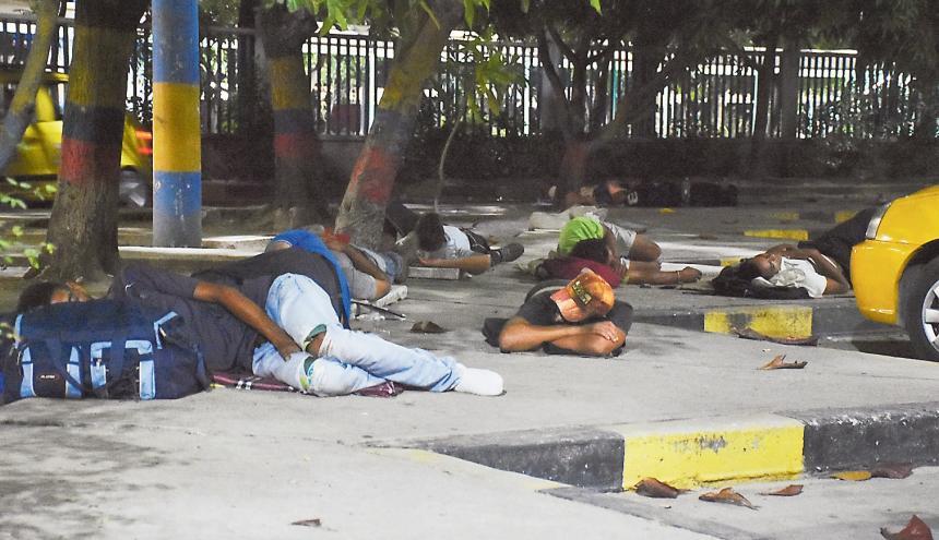 Decenas de venezolanos duermen diariamente en el parqueadero y alrededores de la Terminal de Transportes.
