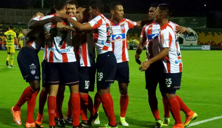 Los jugadores de Junior celebran uno de los goles.