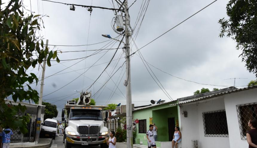 Una cuadrilla de Electricaribe realiza reparaciones de redes en un barrio del sur de Barranquilla.
