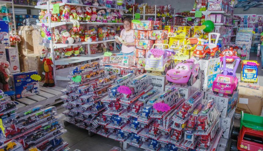 Estantes llenos de juguetería en un establecimiento que los comercializa en la Vía 40.
