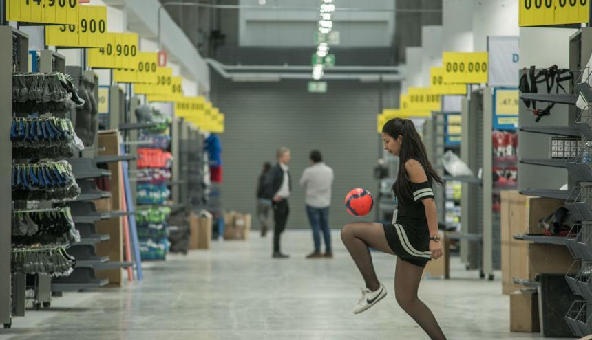 Una de las colaboradoras de la tienda en Bogotá exhibe su dominio de balón.