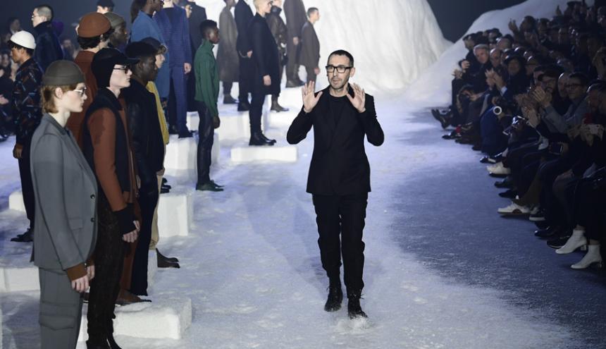 El diseñador Alessandro Sartori al finalizar el desfile de Ermenegildo Zegna.