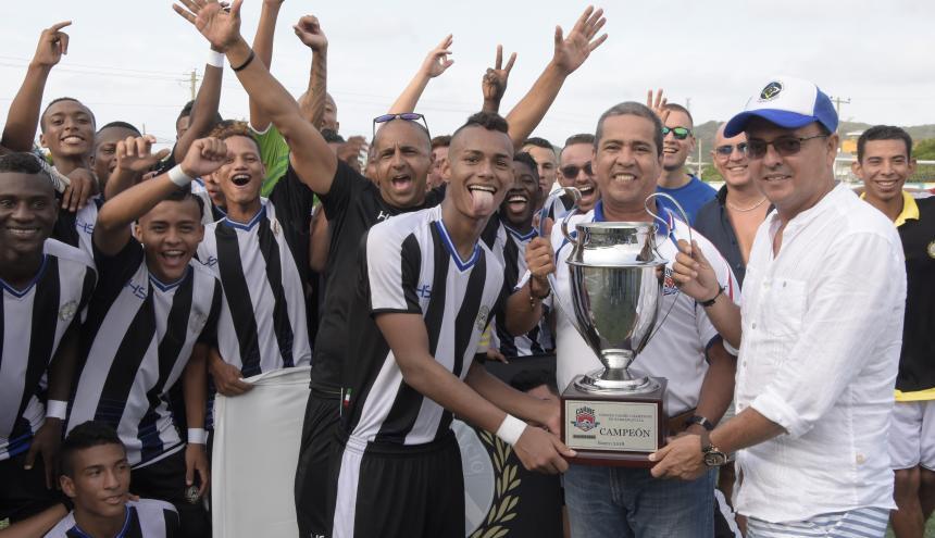 Los jugadores de Udinese al momento de recibir el trofeo de la 'orejona'.