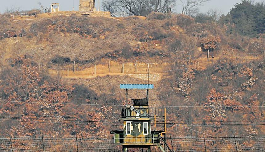 Puestos de guardia militar de Corea del Norte (arriba) y de Corea del Sur (abajo) cerca de Panmunjom en la provincia de Gyeonggi, en la frontera de las Coreas.
