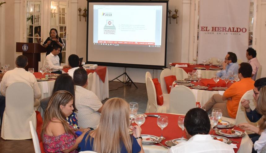 Rosario Borrero, jefa de redacción, explica el plan de cubrimiento informativo a los candidatos y a los miembros de sus equipos de campaña.