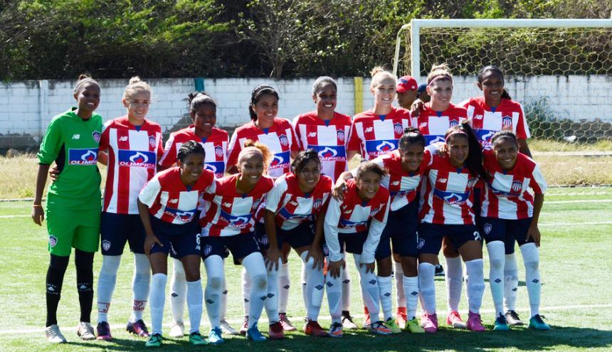 Gran parte del plantel de jugadoras del equipo femenino de Junior en el estadio de Puerto Colombia.