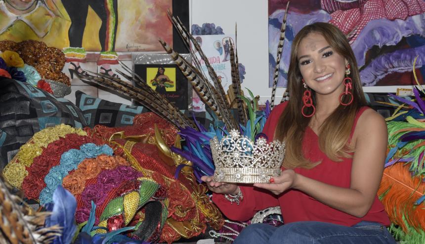 Valeria Abuchaibe Rosales, reina del Carnaval de Barranquilla 2018, enseña su corona.