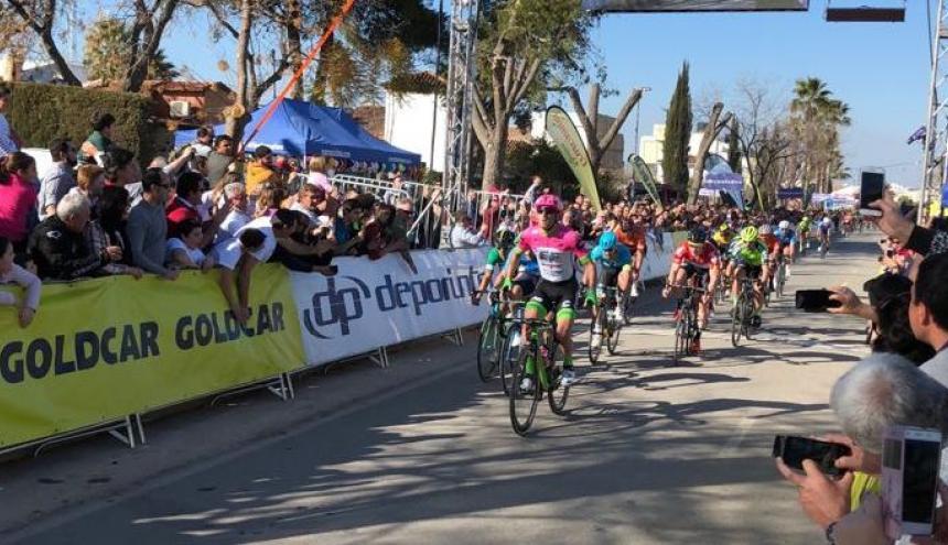 El esprint final, donde el italiano Sacha Modolo se impuso. Nelson Soto, de verde, cruzó la meta en tercer lugar.