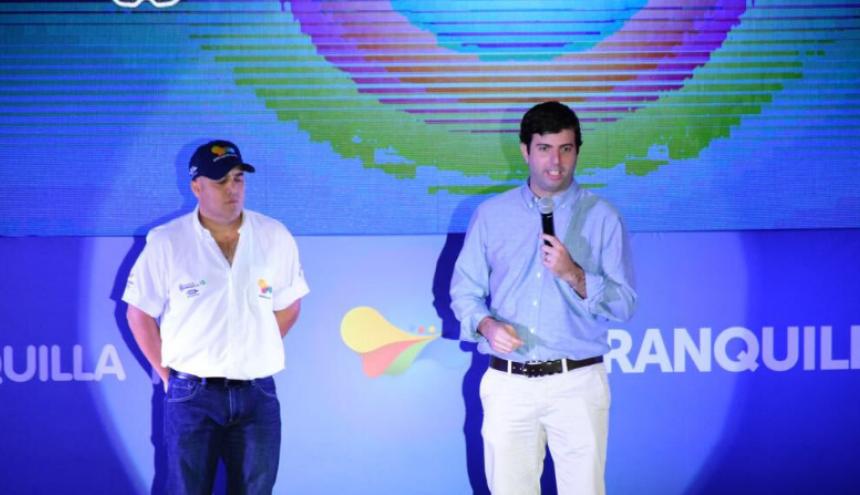 Daniel Noguera (d), director de los Juegos Centroamericanos y del Caribe, hablando en la presentación de 'Baqui', símbolo de las justas deportivas de 2018.