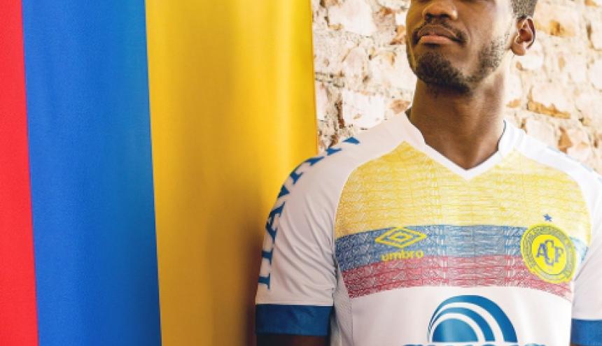 Nueva camiseta del equipo Chapecoense para homenajear a Colombia por su solidaridad.