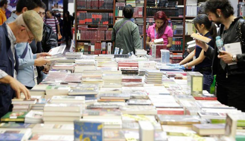 Asistentes observan los libros en la Feria del Libro de Bogotá 2017.