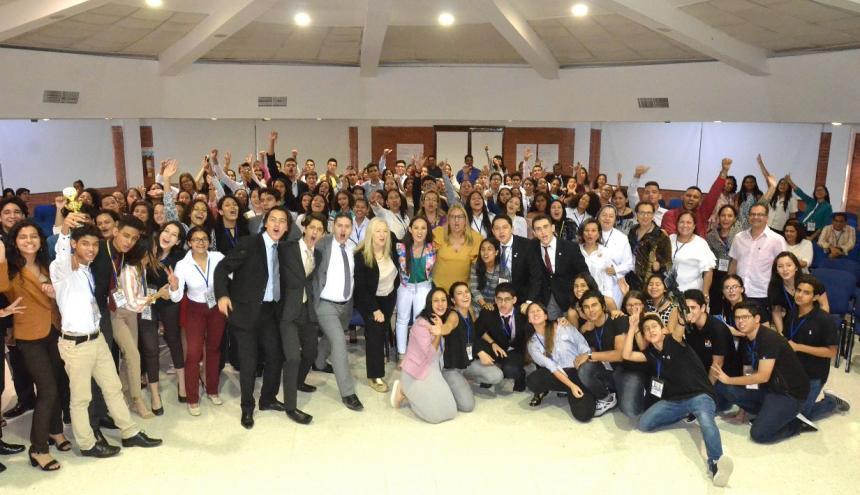 Grupo de estudiantes tras culminar el modelo de Naciones Unidas.