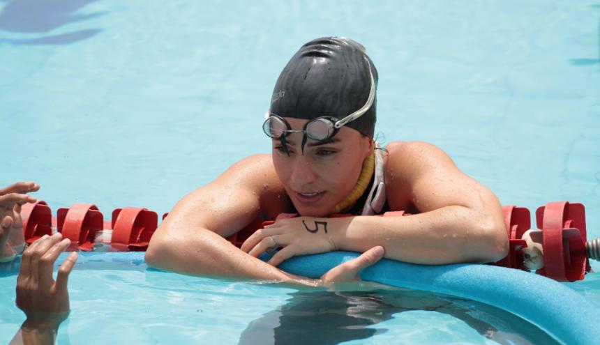 Sofía Gómez se relaja luego de la competencia en las piscinas de Santa Marta.