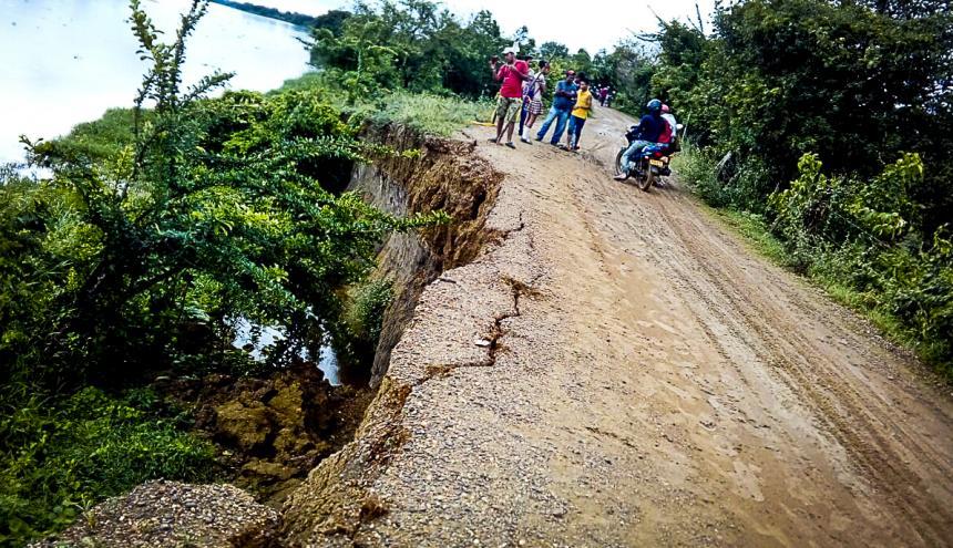 Erosión en la vía de Santa Ana y Santa Bárbara de Pinto, en Magdalena.