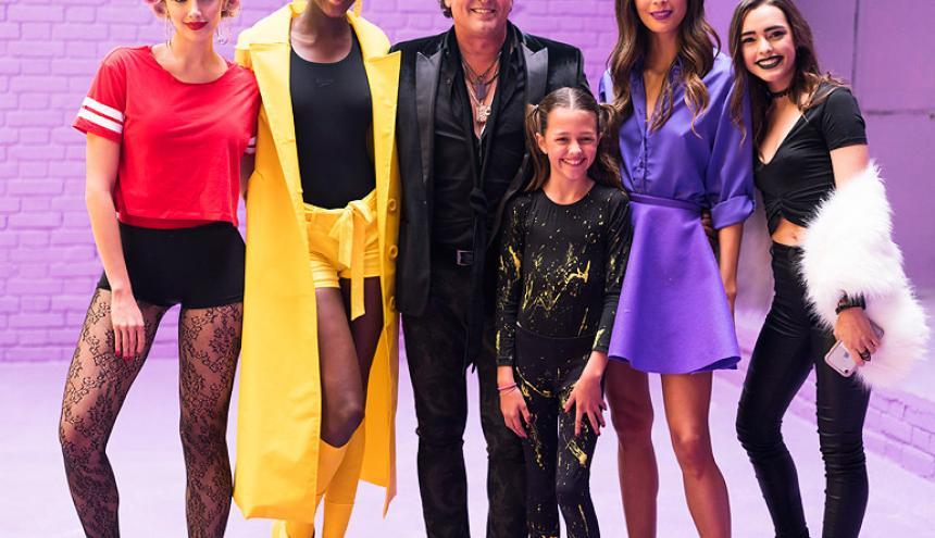 Carlos junto a Melina, Claudia, Elena, Toya y Lucy.
