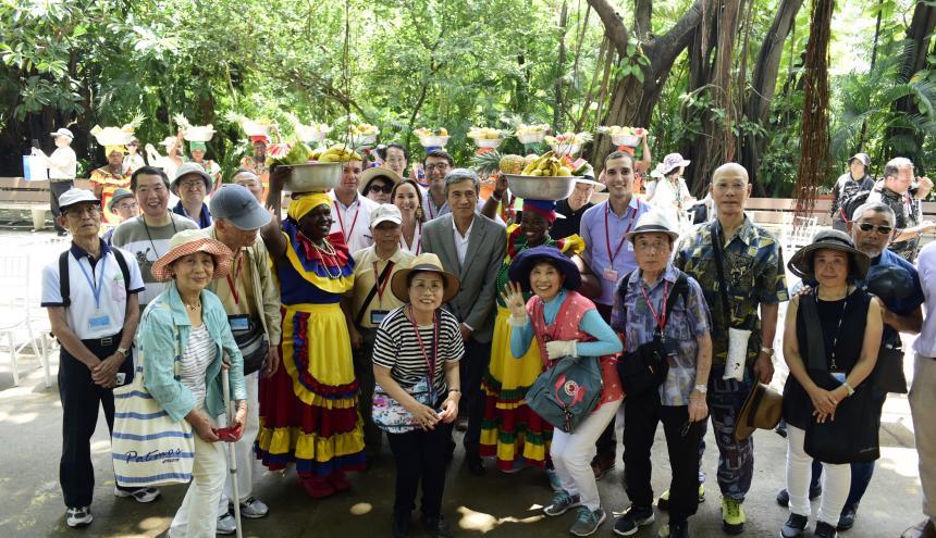 Los turistas japoneses a su llegada a Cartagena.