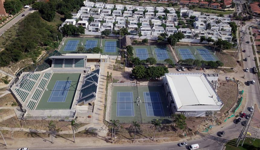 Panorámica del Parque de Raquetas, donde se encuentran las pistas de tenis, y en el edificio a la derecha, el pabellón de ráquetbol.