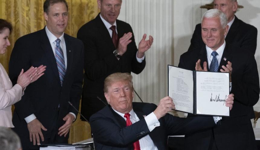 El presidente de los Estados Unidos, Donald J. Trump, muestra la Directiva de Política Espacial 3 firmada este lunes durante una reunión del Consejo Nacional del Espacio en la Casa Blanca.